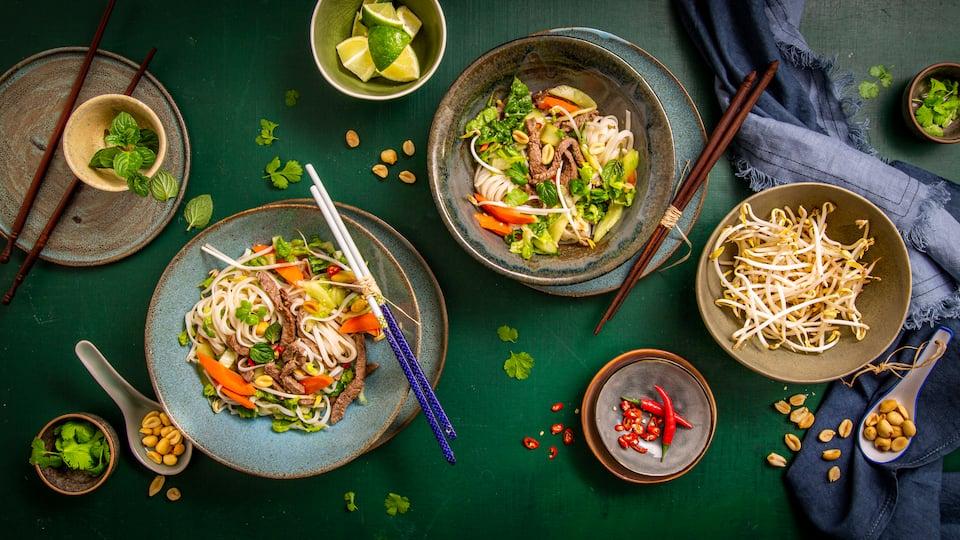 Eine Spezialität der fernöstlichen Küche und richtig lecker: Vietnamesischer Reisnudelsalat mit Rinderfiletspitzen, Ingwer und der klassischen Fischsoße.