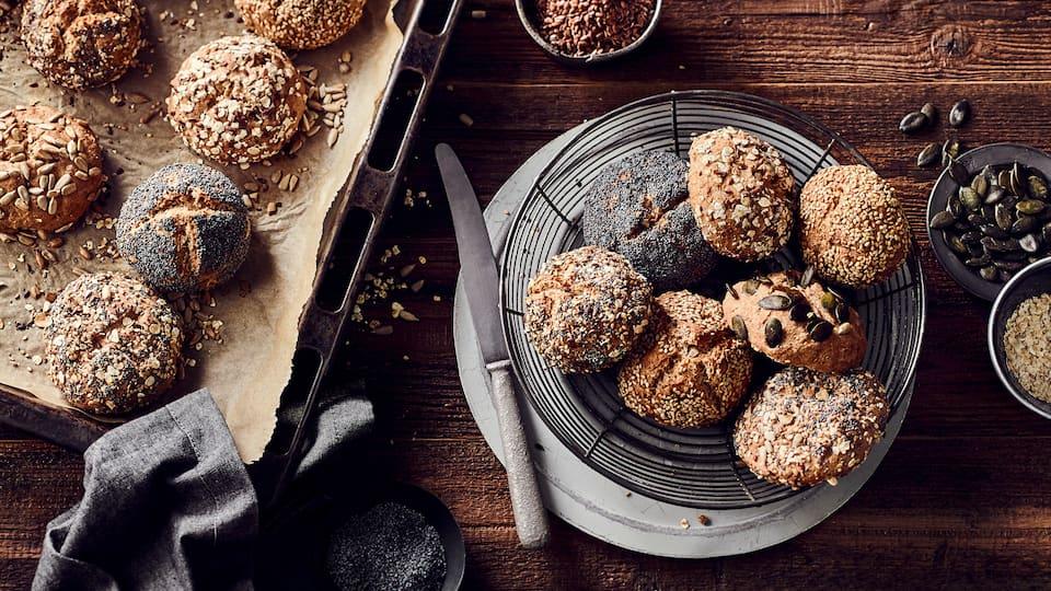 Keine Lust morgens zum Bäcker zu gehen, aber auch nicht immer Tiefkühlbrötchen aufzubacken. Probieren Sie doch einmal unser Rezept für selbstgemachte Vollkornbrötchen.
