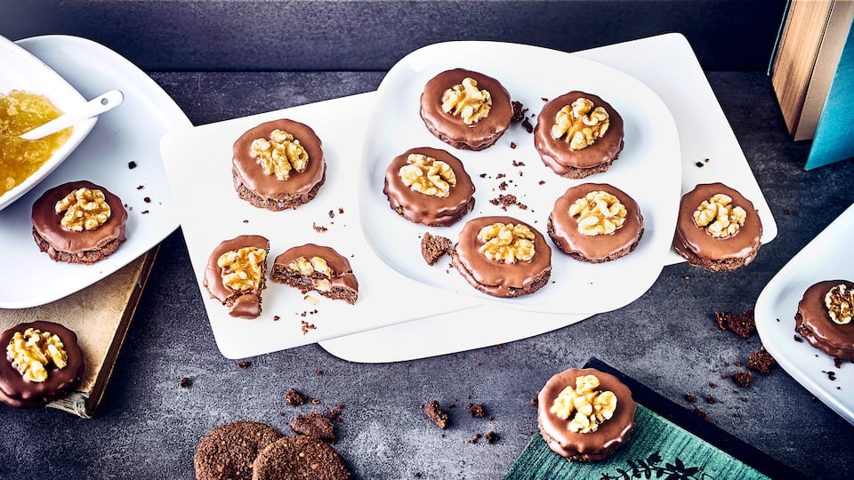 Selbstgemachte Walnussplätzchen mit Birnenkonfitüre gefüllt und mit Schokolade und Walnusshälften belegt. Nicht nur optisch sind diese kleinen Plätzchen ein Genuss!