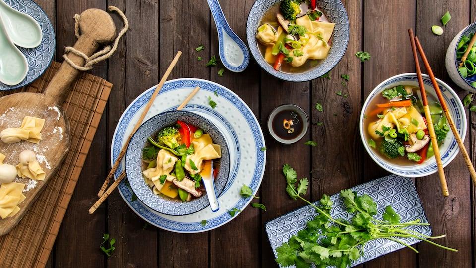Die asiatische Küche kennt viele leckere Suppenkreationen mit exotischer Würze und feinen Einlagen. Dazu gehört auch unsere Wan-Tan-Suppe mit gefüllten Teigtaschen.