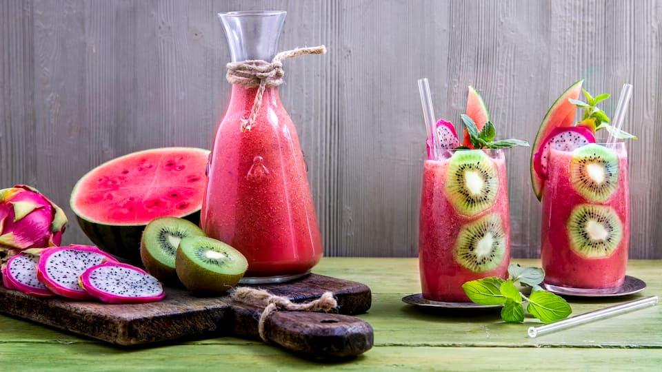 Der Sommerdrink zum Erfrischen: Selbstgemachter Wassermelonen-Smoothie mit Drachenfrucht, Kiwi und Kokoswasser – nicht nur optisch ein Highlight!