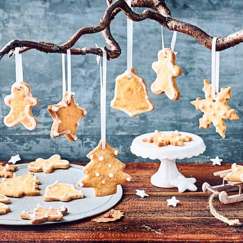 Mit unseren knusprigen Weihnachtskeksen versüßen Sie die Adventszeit. In Zellophantütchen verpackt, sind die Plätzchen auch ein dekoratives Geschenk!
