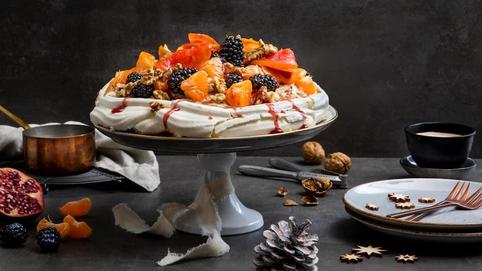 Luftige Baisertorte mit weihnachtlich gewürzter Mascarponecreme und einem fruchtigen Topping aus Grapefruit – probieren Sie unser Weihnachts-Pavlova-Rezept aus!
