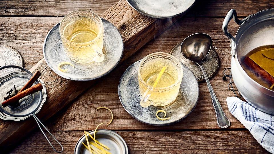 In der kalten Jahreszeit gemütlich mit Freunden zuhause sitzen und ein Glas weißen Glühwein genießen. Probieren Sie doch einmal unsere Variante mit Apfelsaft und Zitronenzesten.