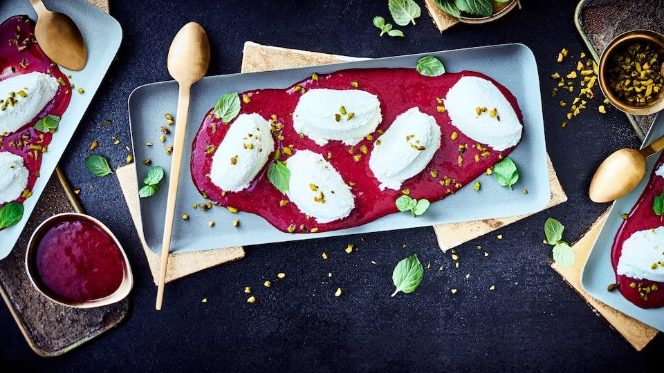 Entdecken Sie eine köstliche Variante des französischen Nachtischklassikers und überraschen Sie Ihre Gäste mit einer weißen Schokoladencreme mit Fruchtsoße!