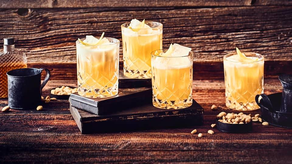 Die cremige Konsistenz bekommt der Whiskey Sour durch das Eiweiß, die Säure durch die Zitrone. Probieren Sie den Klassiker!