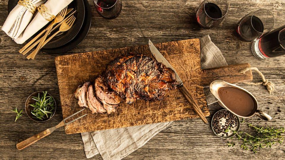 Wildschweinfleisch ist bekannt für seinen intensiven Geschmack. Wir servieren den Wildschweinbraten mit selbstgemachter Bratensoße.