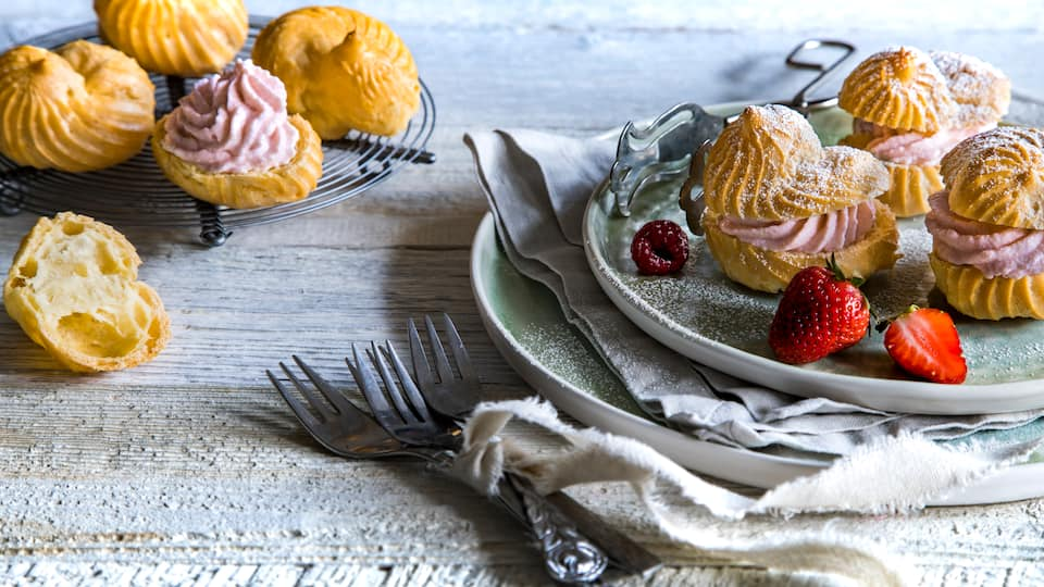 Kleine Windbeutel mit einer leckeren Beeren-Frischkäsefüllung zum Selbermachen. Ob als köstliches Dessert oder als Snack zwischendurch – schmecken tun sie immer!