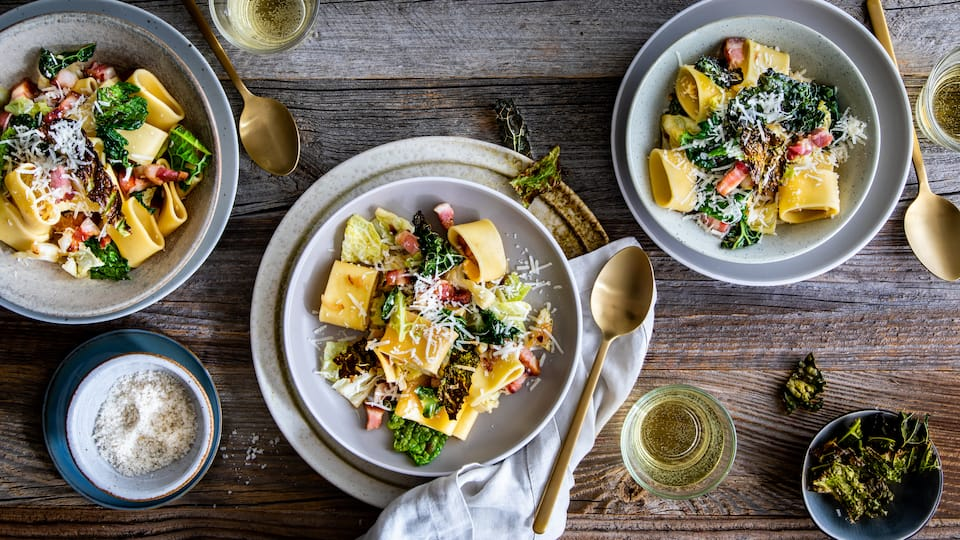 Mit Parmesan und Bacon schmeckt der zarte feine Kohl besonders lecker in unserer Wirsing-Pasta: Genau das richtige für den Herbst und Winter!