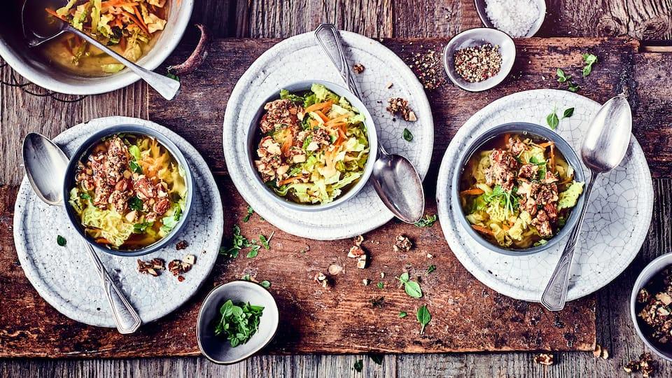 Eine herbstliche Suppe aus Wirsing und Käse: Probieren Sie unser Rezept für eine selbstgemachte Wirsingsuppe mit Parmesan und lassen Sie sich den Herbst schmecken!