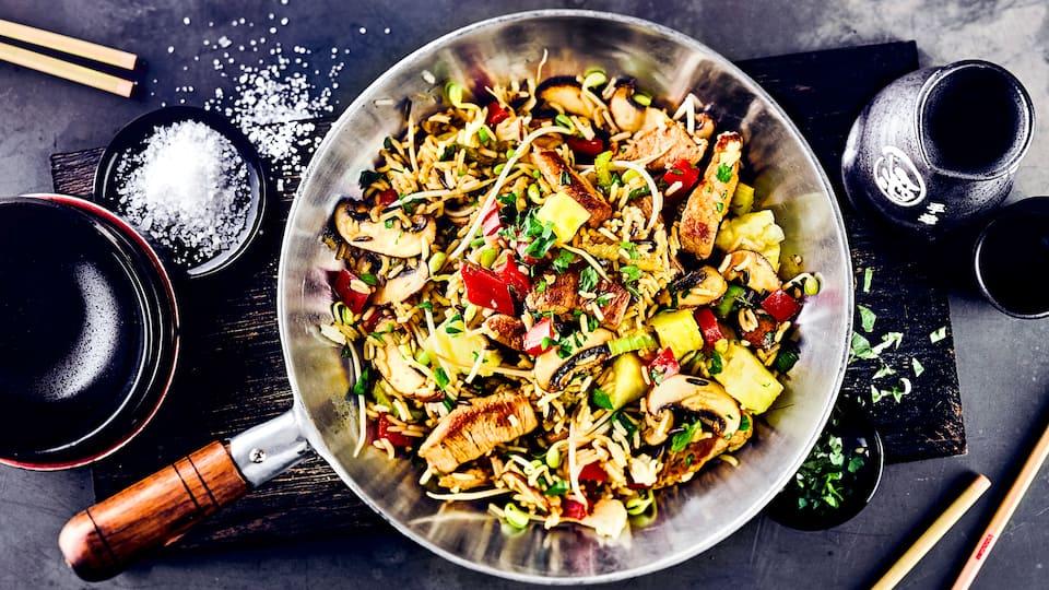 Das Kochen mit dem Wok geht blitzschnell und zaubert leckere Gerichte auf den Tisch. Probieren Sie unsere Wokpfanne mit knackigem Gemüse und Schweinefleisch – so macht die Asia-Küche Spaß!