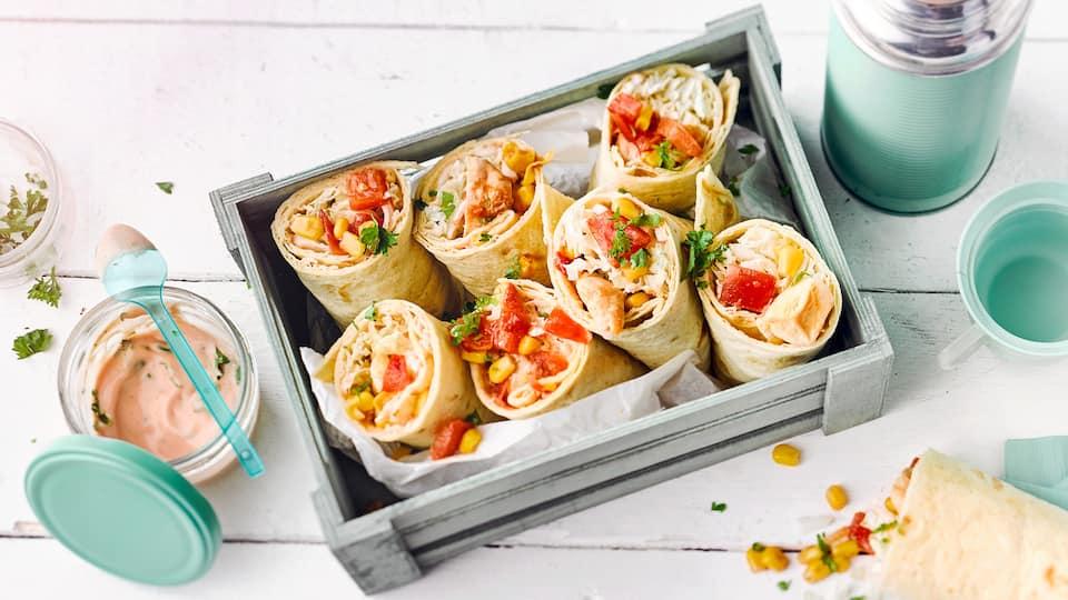 Unsere einfachen Wraps mit Hähnchenbrust und leichtem Tomaten-Joghurt-Dip sind einherzhafterTex-Mex-Genuss für die ganze Familie –unbedingt probieren!