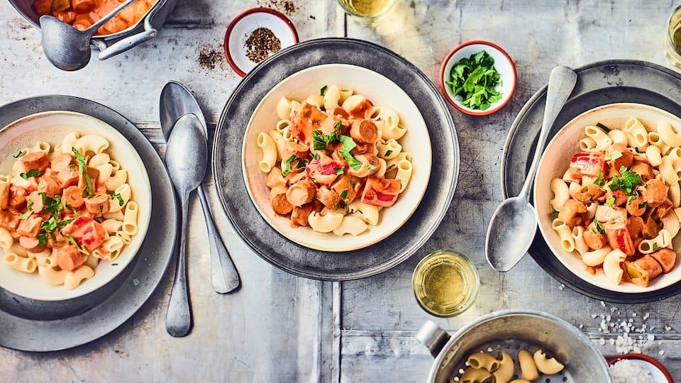 Ein einfaches und schnelles Mittagsgericht, was sicherlich auch Kindern gut schmeckt: Selbstgemachtes Wurstgulasch mit Wiener-Würstchen – passt perfekt zu Nudeln.