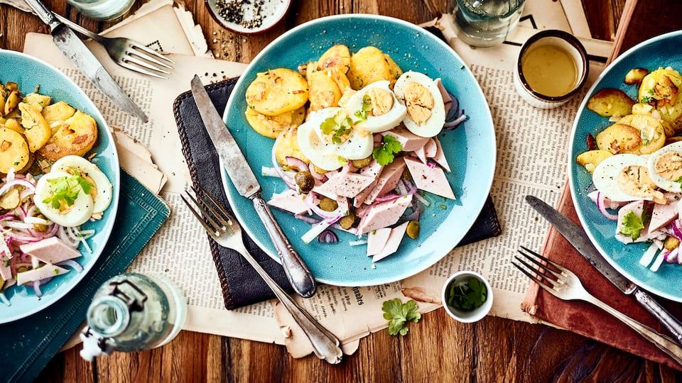 Unser Rezept für einen herzhaften Wurstsalat mit Bratkartoffel, Zwiebel, Gewürzgurke und Rettich ist leicht zuzubereiten – probieren Sie es gleich aus!