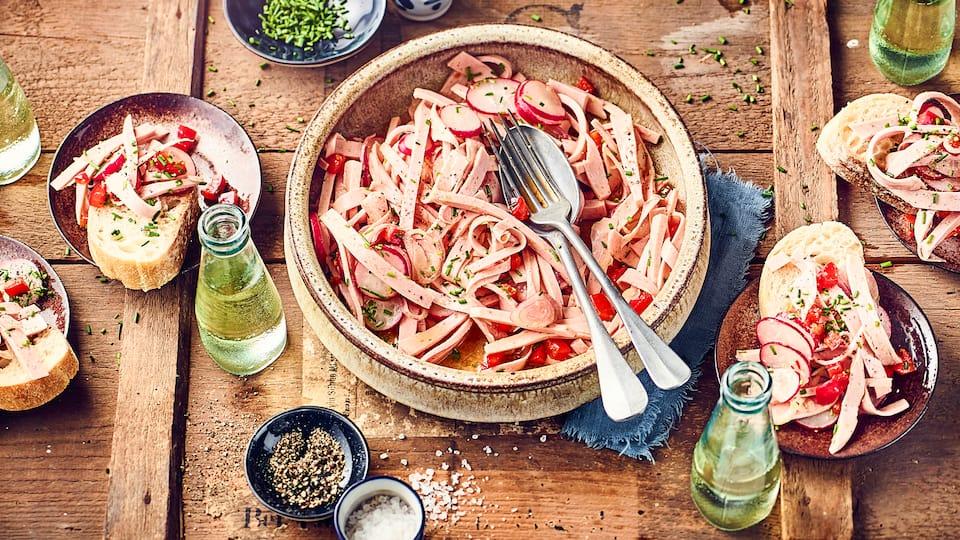 Probieren Sie unseren herzhaften Wurstsalat aus Lyoner, mit Radieschen und Paprikaschoten.