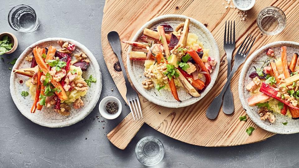 """Ein """"cleanes"""" Hauptgericht mit allerlei frischen Zutaten: Wurzelgemüse aus dem Ofen mit selbstgemachtem Kartoffel-Sellerie-Stampf."""