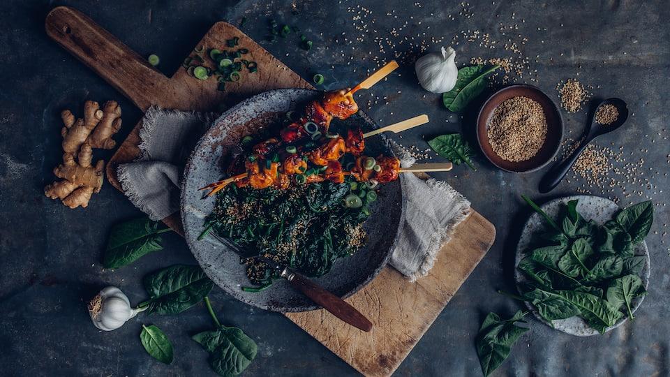 Ob vom Grill oder aus der Pfanne: Lecker würzige Yakitori-Spieße mit selbstgemachtem Spinat-Sesam-Salat.