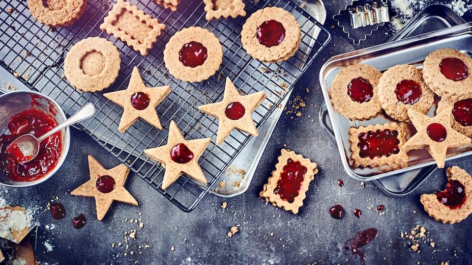 Kombinieren Sie Nuss und Marmelade zu einem fruchtig-aromatischen Mandelgebäck mit Füllung: Genießen Sie diese Plätzchen zu Weihnachten oder zwischendurch!