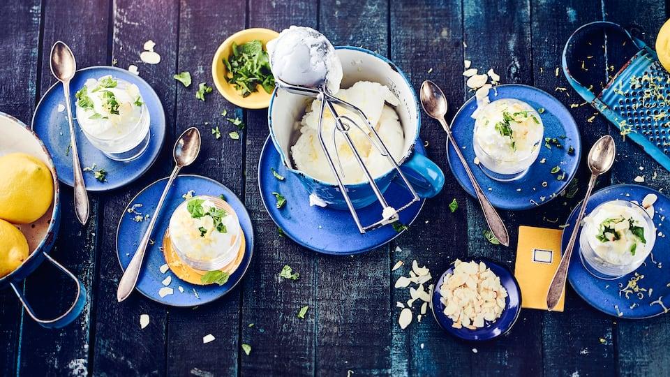 Erfrischend und genau das richtige für heiße Sommertage. Ganz einfach zum Selbermachen ist unser Rezept für Zitronen-Sorbet garaniert mit Minze und Basilikum.