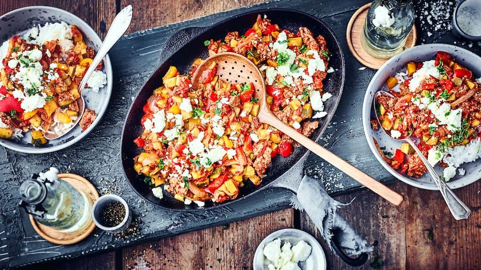 Zucchini trifft Hackfleisch, Feta und Reis – eine würzig, saftige Mischung. Schnell gemacht und prima für eine große Runde ist unsere Zucchini-Hackfleisch-Pfanne.