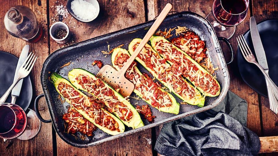Zucchini sind so vielseitig und lassen einiges mit sich machen. Daher haben wir die Zucchini einmal mit Hackfleisch und Tomaten gefüllt.