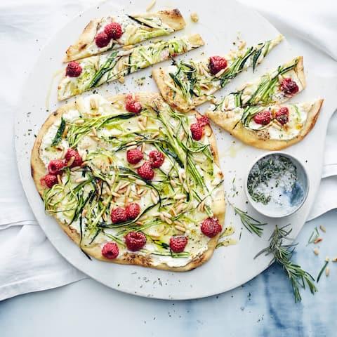 Zucchini-Pizza mit Himbeeren und selbst gemachtem Pizzateig mit Dinkelmehl und Polenta. Damit wird der Teig schön knusprig.