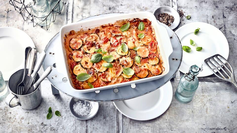 Ob als Beilage, als Buffet-Beitrag oder als einfacher Mittagstisch: Unser Rezept für mediterranen Zucchini-Tomaten-Auflauf ist sehr lecker!