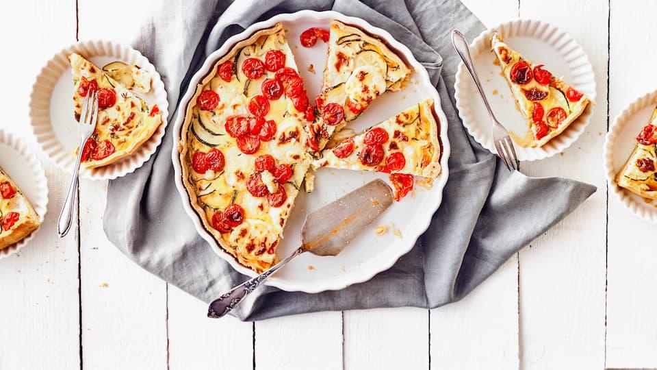 Unser Tipp für ein raffiniertes Wintergericht aus dem Ofen: Probieren Sie unsere Quiche mit Zucchini, Tomaten und Ziegenkäse – pikant und lecker!