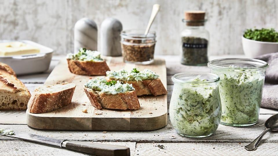 Ganz einfach und super schnell selbstgemacht ist unsere Zucchinicreme mit Feta und Minze und ein Muss für den nächsten Grillabend: Ob auf Brot oder zum Fleisch oder einfach als Beilage!