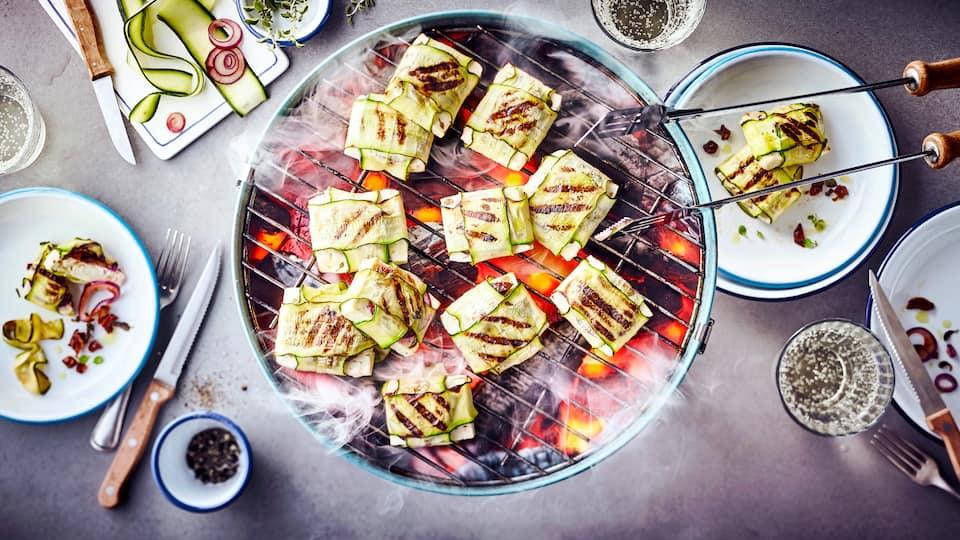 Ganz fix eingepackt und ab auf den Grill: Bei unserem Rezept für Zucchinipäckchen wird Feta mit Zwiebeln und getrockneten Tomaten in Zucchini eingeschlagen und so gegrillt: Ganz einfach und dazu super lecker!