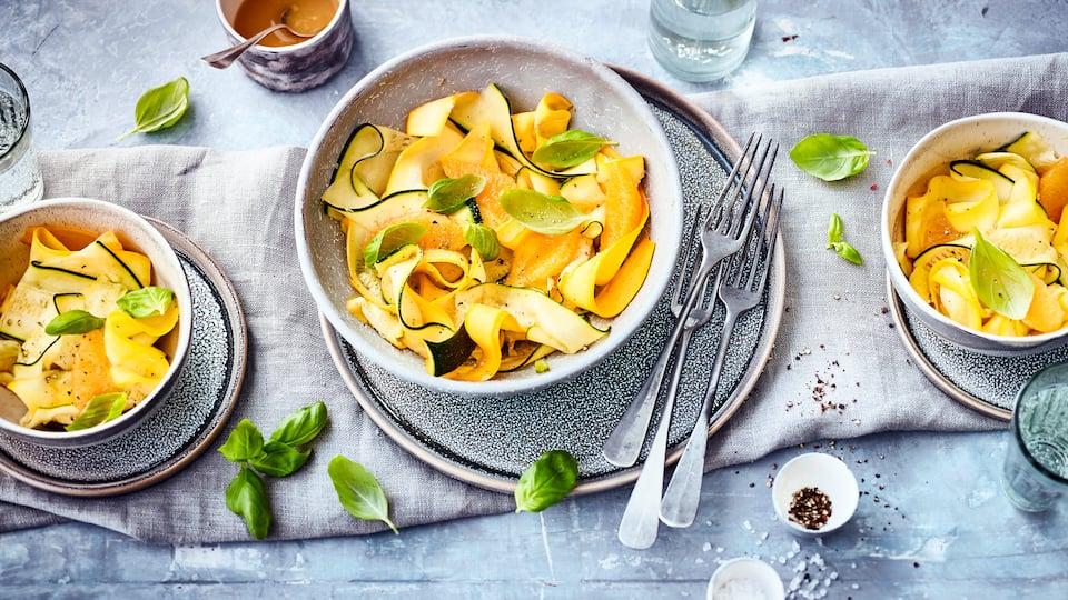Mit unserem Zucchinisalat-Rezept stellen Sie eine einfache, aber raffinierte Vorspeise her. Orangendressing und Basilikum peppen das milde Gemüse auf.