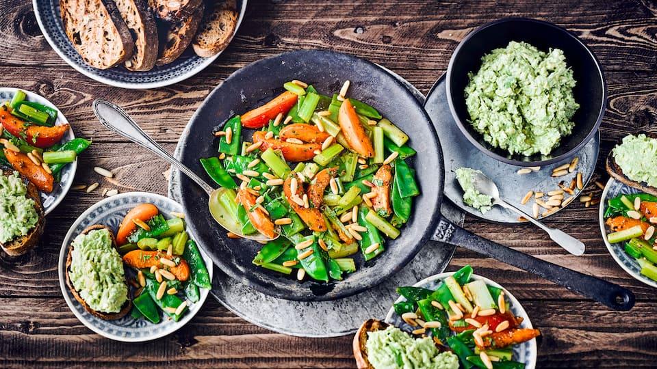 Haben Sie Lust auf ein einen vegetarischen Snack? Dann probieren Sie mal unser Zuckerschotengemüse mit einem pikanten Dip aus Avocado und Fetakäse!
