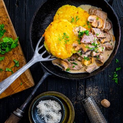 Mit Champignons, Sherry und Sahne verfeinert wird unser Zürcher Geschnetzeltes zu selbstgemachten Rösti serviert!