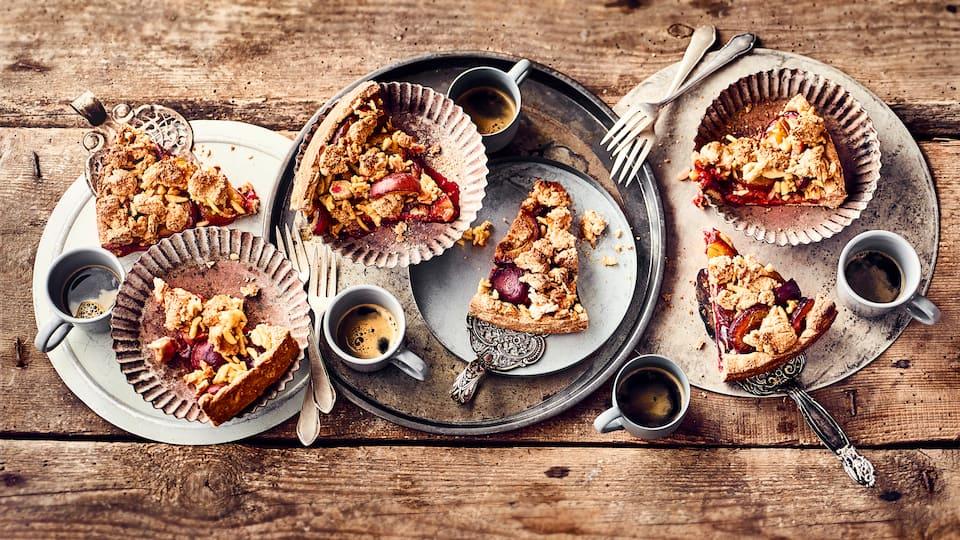 Backen Sie mit dem Zwetschgenkuchen-Rezept von EDEKA einen leckeren Kuchen mit fruchtig-saftigen Zwetschgen und genießen Sie den süßen Geschmack mit Sahne.