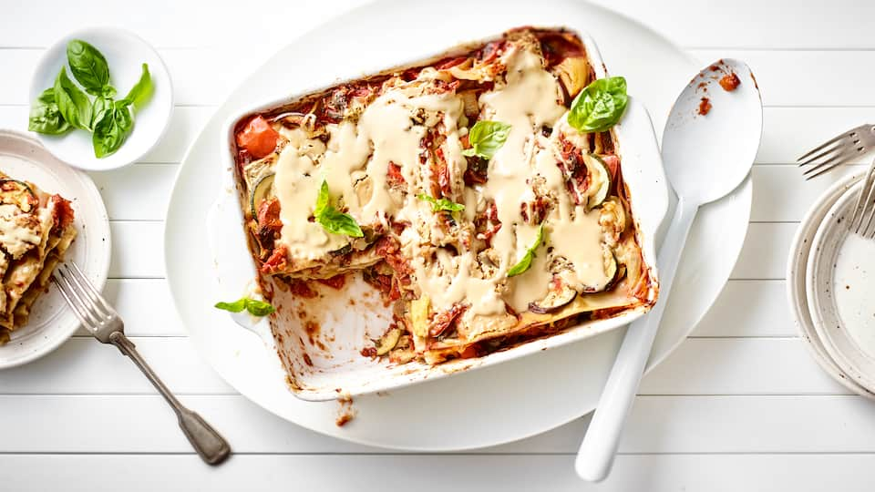 Kochen ganz ohne tierische Produkte: Lernen Sie das vegane Gemüse-Lasagne-Rezept von EDEKA kennen und entdecken Sie, dass Genuss kein Fleisch braucht!