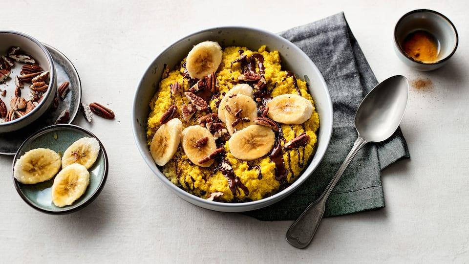 Köstlicher Quinoa-Porridge verfeinert mit Vanille und Kurkuma. Das Ganze wird mit Mandelmilch angerührt und mit feiner Zartbitterschokolade verfeinert.